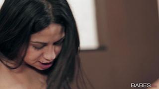 Latina-Haubenhacke Julia De Lucia arbeitet mit drei Löchern von ihr