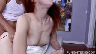 Redhead Teen Alexa Nova wird von Studentinnen im Dreier an Spucke geröstet